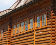Windows in einem Holzhaus im alten Stil Lizenzfreie Stockfotos