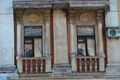 Windows in einer alten Villa Stockbild