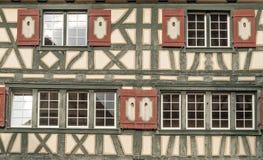 Windows in einer hölzernen Fassade Stockfoto