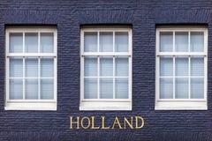 Windows eines Amsterdam-Kanalhauses mit dem Text Holland Stockfoto