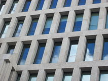 Windows eines Bürogebäudes Stockfotografie