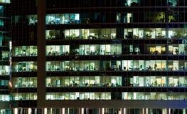 Windows eines Bürohauses Lizenzfreies Stockfoto