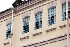 Windows eines Gefängnisgebäudes mit Stangen lizenzfreie stockfotos