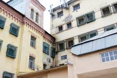 Windows eines Gefängnisgebäudes mit Stangen stockbilder