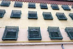Windows eines Gefängnisgebäudes mit Stangen stockfotografie