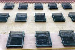 Windows eines Gefängnisgebäudes mit Stangen stockfotos