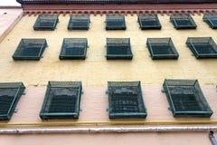Windows eines Gefängnisgebäudes mit Stangen lizenzfreies stockbild