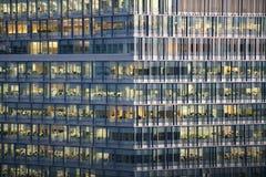 Windows eines Geschäftskontrollturms, der Leute bei der Arbeit zeigt Lizenzfreies Stockfoto