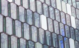 Windows eines modernen Bürogebäudes in Form von Bienenwabe lizenzfreies stockfoto