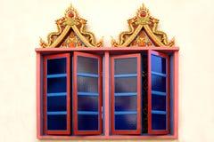 Windows eines siamesischen buddhistischen Tempels Stockfotos