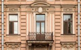 Windows em seguido e balcão na fachada do prédio de apartamentos Imagens de Stock Royalty Free