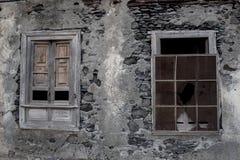 Windows em uma casa caída imagens de stock royalty free