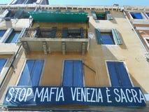 WINDOWS EM UMA FACHADA AMARELA, VENEZA, ITÁLIA Imagens de Stock