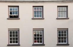 Windows em uma parede branca. Fotos de Stock Royalty Free