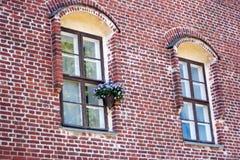Windows em uma parede de tijolo vermelho Fotos de Stock Royalty Free