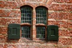 Windows em uma parede envelhecida meio Foto de Stock Royalty Free