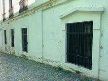 Windows em uma rua do tijolo foto de stock