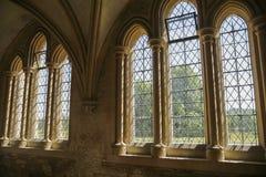 Windows en claustro medieval Imágenes de archivo libres de regalías