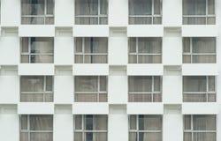 Windows en el edificio blanco Imagen de archivo libre de regalías