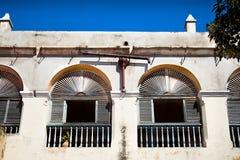 Windows en el edificio colonial Fotografía de archivo libre de regalías