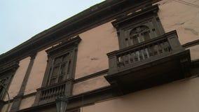Windows en el edificio con las barras y el balcón almacen de metraje de vídeo