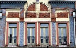 Windows en el edificio de ladrillo viejo Foto de archivo libre de regalías