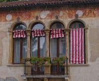 Windows en el edificio medieval con el balcón Imagen de archivo libre de regalías