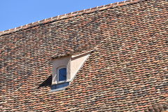 Windows en el tejado Fotos de archivo