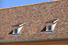 Windows en el tejado Fotos de archivo libres de regalías