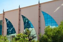 Windows en forma de la vela en Abu Dhabi foto de archivo libre de regalías