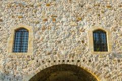 Windows en la fachada de la fortaleza con un arco Fortaleza de Foto de archivo libre de regalías