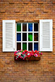 Windows en la pared de ladrillos fotografía de archivo