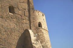 Windows en la pared del fuerte de Fudjairah Imagen de archivo libre de regalías