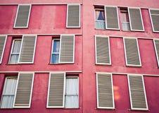 Windows en la pared rosada Foto de archivo libre de regalías