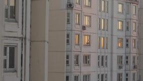 Windows en la puesta del sol en la casa del panel usual metrajes