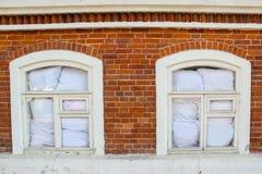 Windows en oficina del ladrillo rojo Imágenes de archivo libres de regalías