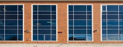 Windows en un edificio de oficinas Foto de archivo libre de regalías