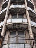 Windows en un edificio de oficinas abandonado Imágenes de archivo libres de regalías