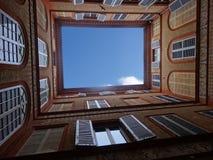 Windows en un patio fotos de archivo libres de regalías