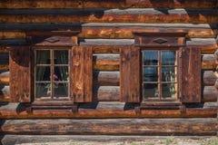 Windows en una casa de madera tradicional Imágenes de archivo libres de regalías
