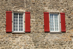 Windows en una pared de ladrillo Imágenes de archivo libres de regalías