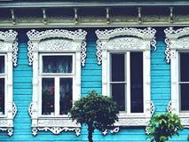 Windows en una pared de madera de la casa Foto de archivo