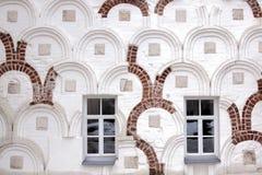 Windows en una pared vieja Imagen de archivo libre de regalías