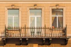 Windows et balcon sur la façade de l'immeuble Image libre de droits