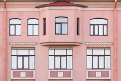 Windows et fenêtre en saillie de l'immeuble de bureaux photo libre de droits