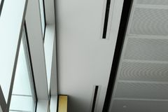 Windows et plafond dans le terminal d'aéroport de Boston Photographie stock libre de droits
