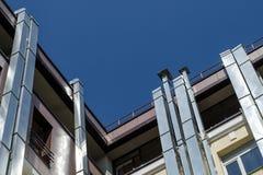 Windows et tuyaux de ventilation sur des murs de maison Image stock