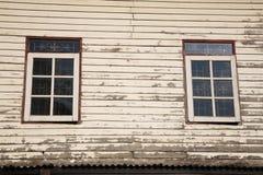 Windows et vieux mur en bois de cottage Image stock