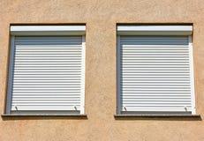 Windows et volets d'un bâtiment Photos libres de droits