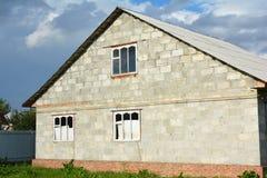 Windows, Haustür und Garage Errichtender neuer Blockhausbau mit natürlichem Gasleitungs- und Asbestdach Stockbilder